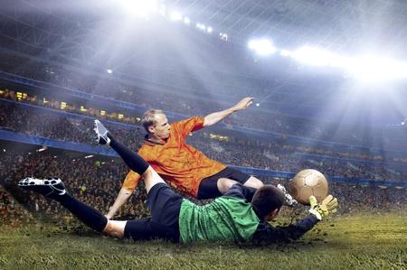 fuball spieler: Football-Spieler auf dem Feld des Stadions Lizenzfreie Bilder