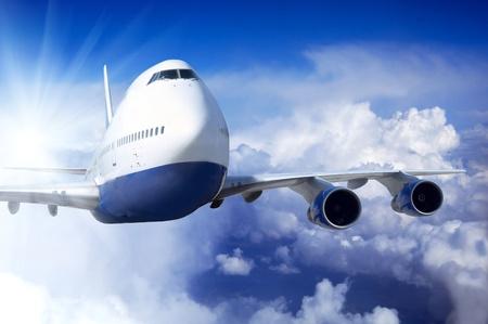 Vliegtuig op vlieg op de hemel met wolken Stockfoto