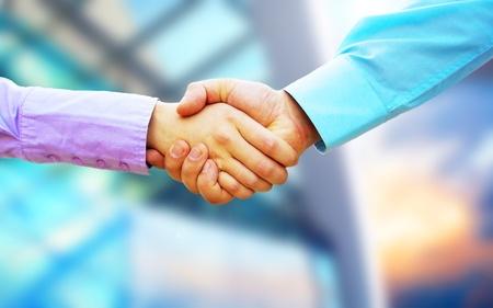 dandose la mano: Apret�n de manos de dos hombres de negocios Foto de archivo