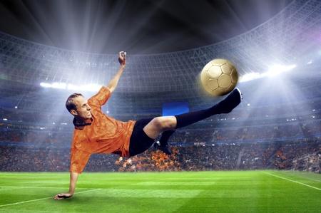 cancha de futbol: Jugador de f�tbol en el campo del estadio