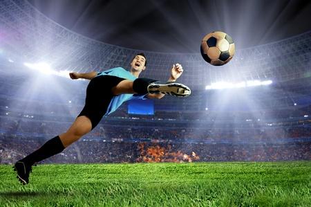 terrain foot: Joueur de football sur le terrain du stade Banque d'images