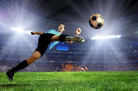 jugadores de futbol: Jugador de f�tbol en el campo del estadio