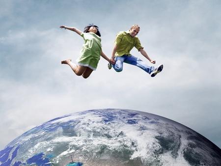 planeta tierra feliz: Diversi�n pareja en saltar por encima del planeta Tierra Foto de archivo