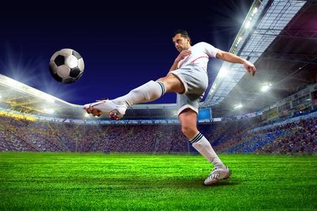 campeonato de futbol: Jugador de fútbol en el campo del estadio
