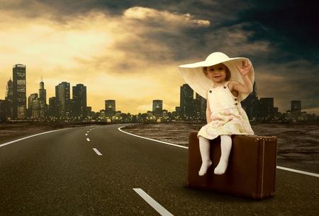 personas en la calle: Ni�a esperando en el camino con su equipaje de �poca