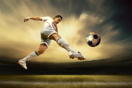 Schiet van de voetballer op het veld buiten Stockfoto