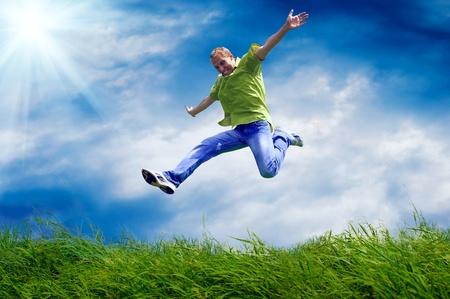 vida saludable: El hombre divertido en el salto en el fondo al aire libre