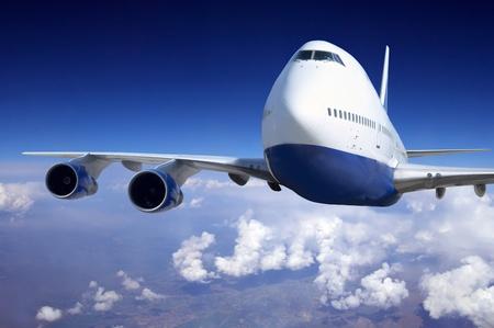 avion de chasse: Avion � la mouche sur le ciel avec des nuages Banque d'images