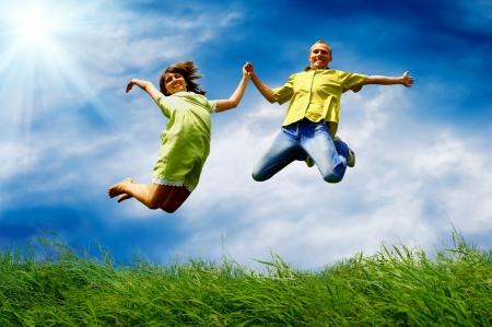 persona saltando: Diversi�n pareja en salto en el fondo al aire libre