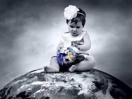 paz mundial: Niño sentado en el Planeta Tierra con globos en las manos