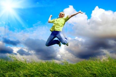 El hombre divertido en el salto en el fondo al aire libre Foto de archivo