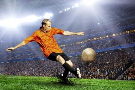 fútbol jugador: Jugador de f�tbol en el campo del estadio