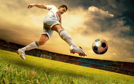 La felicidad jugador de fútbol en el campo de Estadio Olímpico en el cielo del amanecer
