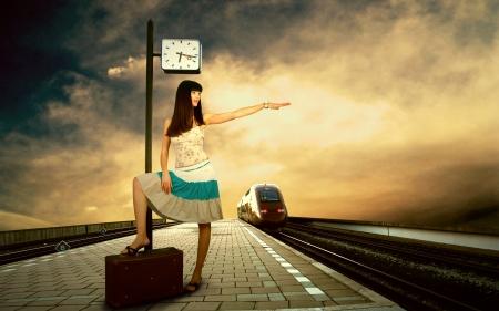 mujer con maleta: Chica en espera del tren en el andén de la estación de tren