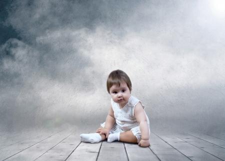 bondad: Niño sentado con globos en las manos