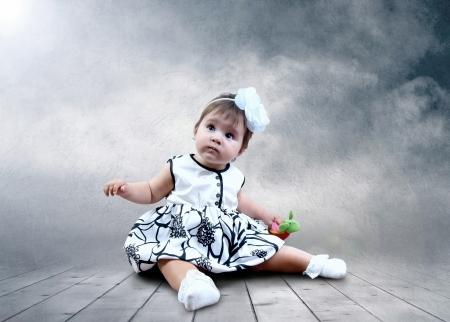 paz mundial: Niño sentado con globos en las manos