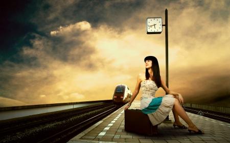 entrenar: Chica en espera del tren en el and�n de la estaci�n de tren