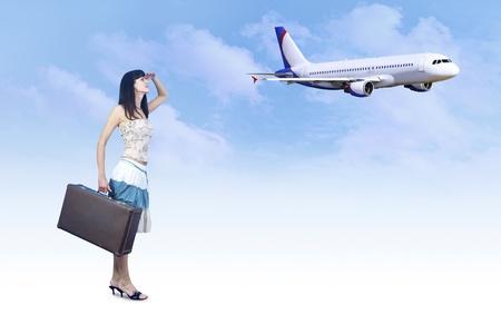 mujer con maleta: Mujer joven en la espera de la vendimia en el equipaje de vuelo Foto de archivo