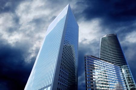 楽観: 近代的なオフィス、日当たりの良い美しい空に摩天楼