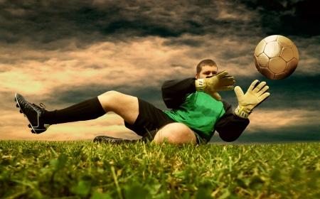 portero: Salto del fútbol goalman en el campo al aire libre