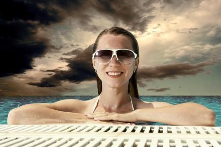 stay beautiful: Chica felicidad hermosa en bikini blanco permanecer en el waterpool