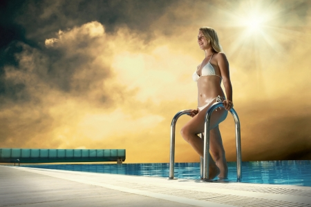 stay beautiful: Chica hermosa en la felicidad estancia bikini blanco cerca de la waterpool Foto de archivo