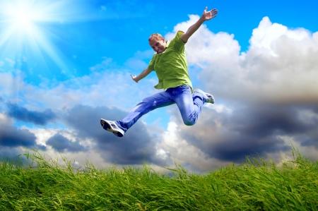Fun homme au saut en plein air sur le fond Banque d'images