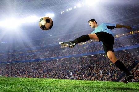fútbol jugador: Jugador de f�tbol en campo del estadio