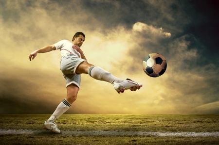 Spara di giocatore di calcio sul campo all'aperto Archivio Fotografico