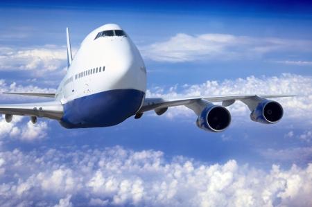 avion de chasse: Avion à la mouche sur le ciel avec des nuages Banque d'images