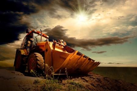power shovel: 하늘 배경에 노란색 트랙터 스톡 사진