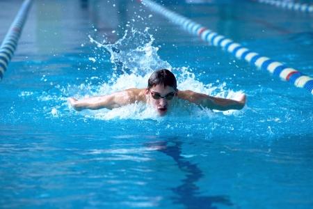swim goggles: Nadador en waterpool nadar una de estilo de nataci�n