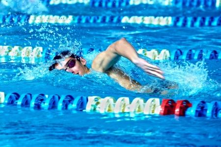 niños nadando: Nadador en waterpool nadar una de estilo de natación