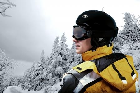Portrait d'un homme portant un casque et des lunettes sur le fond de la neige en hiver et montures. Banque d'images - 21648577