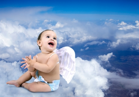 baby angel: Beautiful Baby angelo seduto sulle nuvole