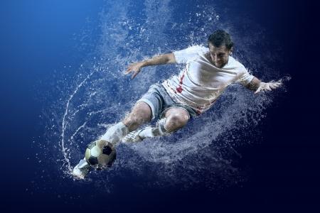 물 속에서 축구 선수의 주위에 방울의 스플래시