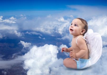 baby angel: Bello bambino angelo seduto sulle nuvole Archivio Fotografico