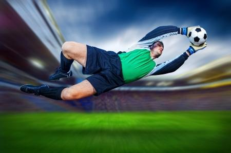 portero: Portero de fútbol en la acción en campo del estadio Foto de archivo