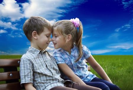 Amoureux frère et soeur assis en plein air Banque d'images - 24704098