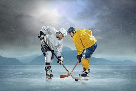 hockey sobre hielo: Jugador de hockey sobre hielo en el hielo Foto de archivo