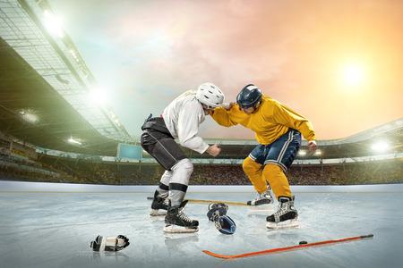 Eishockeyspieler auf dem Eis. Offene Stadion - Winter Classic-Spiel. Standard-Bild - 26548120