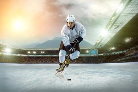 hockey sobre hielo: Jugador de hockey sobre hielo en el hielo abierto estadio - Winter Classic juego Foto de archivo