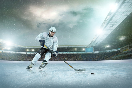 氷の上のアイス ホッケー プレーヤー。オープン スタジアム - 冬の古典的なゲーム。 写真素材