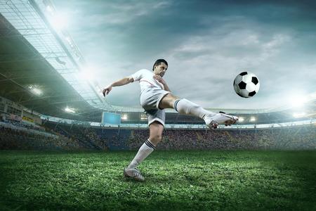 campeonato de futbol: Jugador de f�tbol con bola en la acci�n exterior.