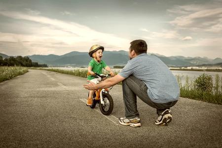 day of father: Padre e figlio sulla bicicletta all'aperto Archivio Fotografico