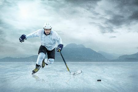 hockey sobre hielo: Jugador de hockey sobre hielo en el hielo, al aire libre.