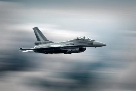 Militair vliegtuig op vliegen op de snelheid Stockfoto