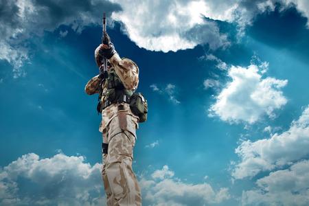 silhouette soldat: Soldat sous le ciel Banque d'images