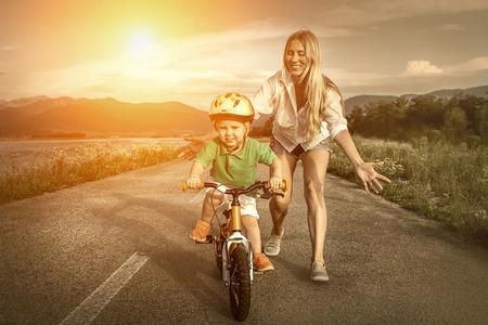 자전거 야외에 행복 엄마와 아들 스톡 콘텐츠