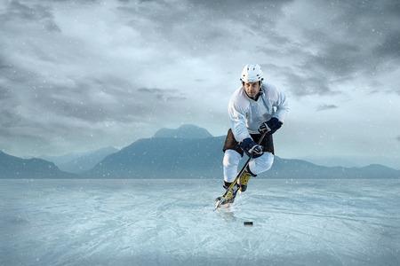 hockey sobre hielo: Jugador de hockey sobre hielo en el hielo. Equipo nacional de EE.UU.. Foto de archivo